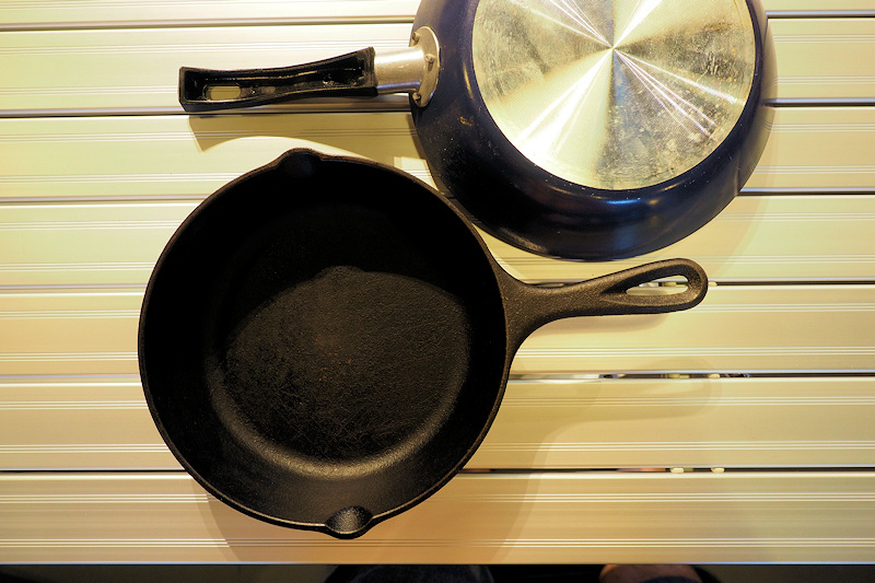 鋳鉄製スキレットと、フッ素樹脂加工の使い捨てフライパン。
