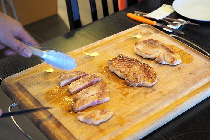 カッティングボードに乗ったお肉3種。