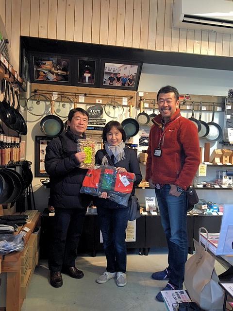 ポイントカード発行部数6,000枚となった、逗子在住の渡部さんご夫妻と店長ヤマグチ。