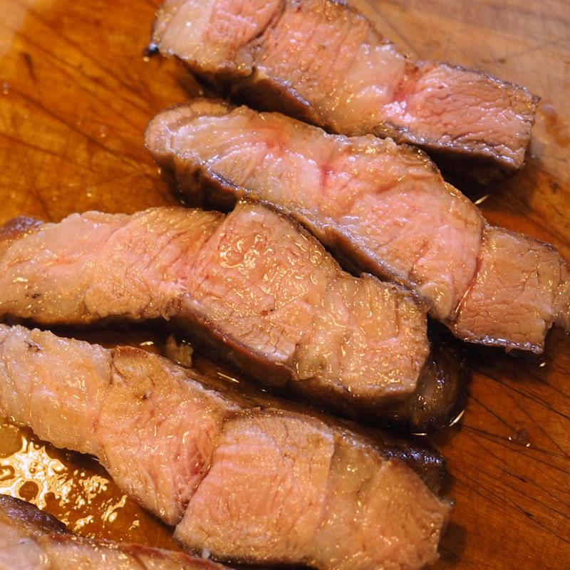 肉汁がほとばしるトンテキの断面