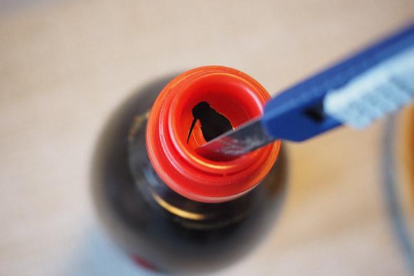 醤油瓶の樹脂製口金をカッターで切って広げます。