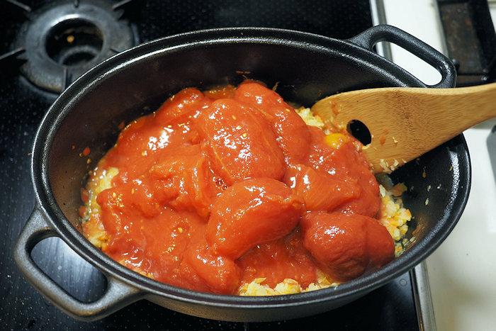 鍋にホールトマトを2缶入れた