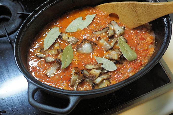 先ほど炒めたべーこんとローレルも鍋に投入。