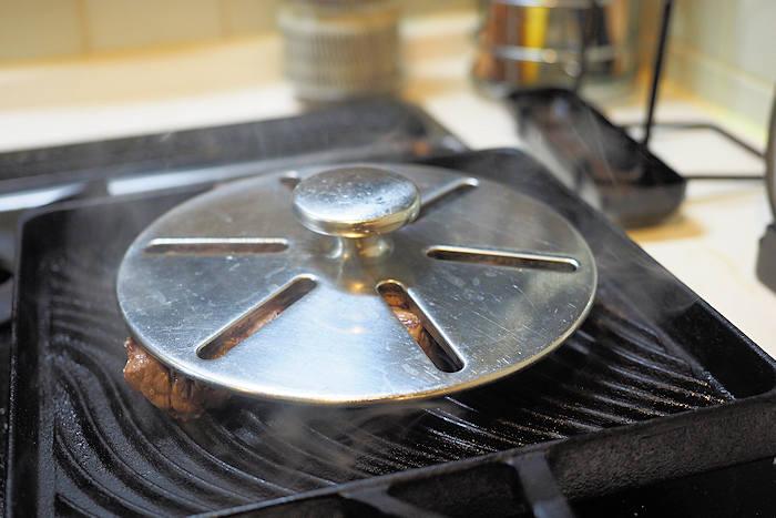 牛肉のサイコロステーキをプロアルテ・グリルパンで焼く際には、このミートプレスを乗せる。