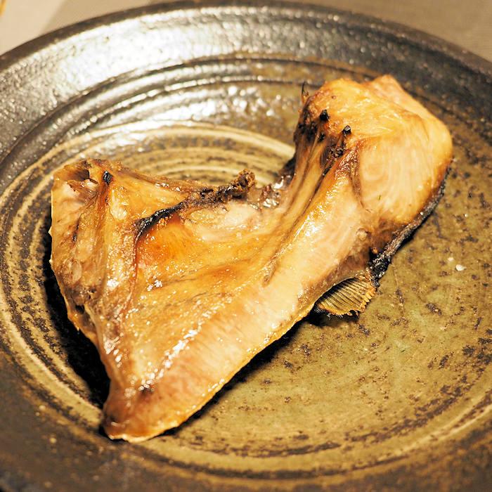 ジャンボな天然ぶりのカマは塩焼きで。