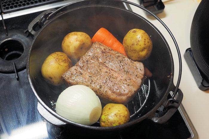次にジャガイモ、玉ねぎ、にんじんを脇に入れる。