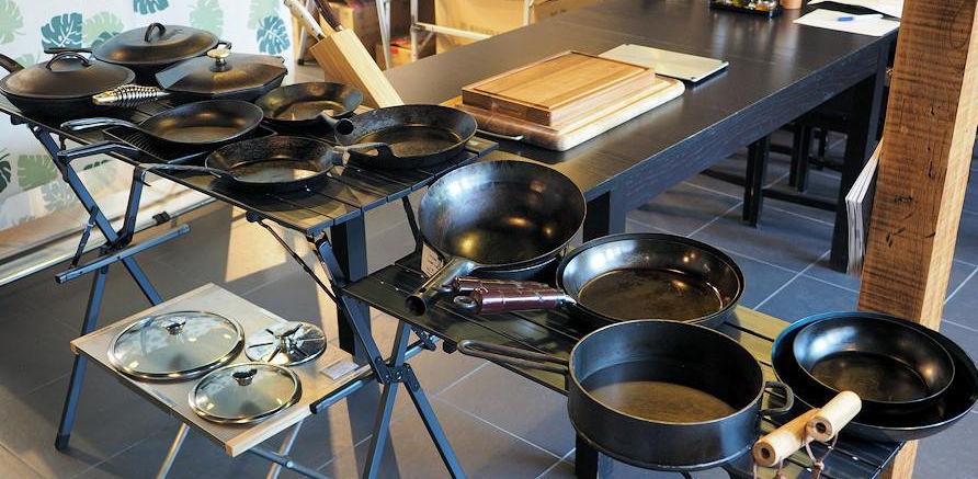 大量の鉄フライパンが並ぶ「肉焼き講座」の一コマ